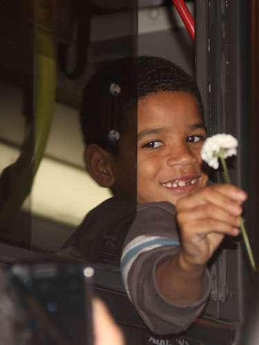 17 de junho - Menino se manifesta, oferecendo flores, de dentro do ônibus, na subida da avenida Brigadeiro Luís Antônio