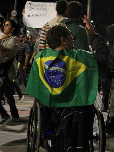 17 de junho - Cadeirante participa do 5º ato promovido pelo Movimento Passe Livre (MPL) em São Paulo