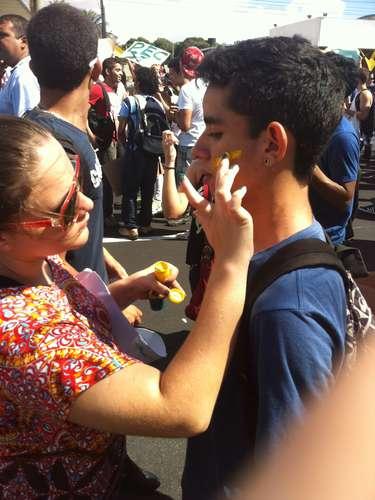 Manifestantes pintaram o rosto para sair às ruas