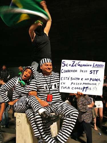 18 de junho - Manifestantes usam irreverência para protestar contra corrupção durante protesto na capital paulista