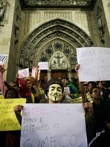 18 de junho - Catedral da Sé, no centro da cidade, foi escolhido pelo Movimento Passe Livre (MLP) como ponto de encontro para quintodia de protesto