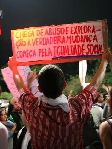18 de junho - Manifestante protesta por igualdade social durante manifestação em São Paulo