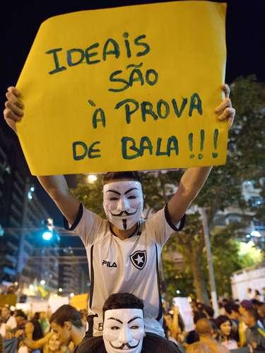 19 de junho -Manifestantes com a máscara do filme V de Vingança protestam em Niterói