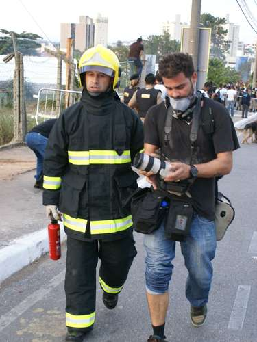 22 de junho -Fotógrafo ferido é atendido por bombeiro