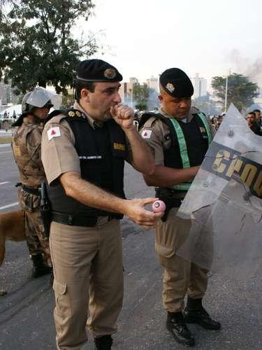 22 de junho -PM mostra aos jornalistas bolas de sinuca lançadas contra os agentes