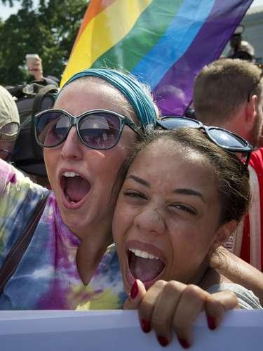 Ativistas comemoram a decisão da Suprema Corte de banir a lei que restringia a interpretação do casamento à união heterossexual