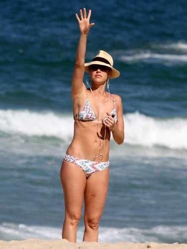 Julho 2013-Luana Piovani aproveitou o sol no Rio de Janeiro para curtir a praia, nesta sexta-feira (5), no Leblon. A atriz, que é mãe de Dom, 1 ano, recentemente perdeu um processo aberto contra o ex-namorado Dado Dolabella, em que ela acusava o ator de agressão