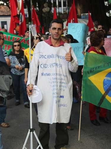 Florianópolis Um professor usou a criatividade para protestar contra as condições de trabalho
