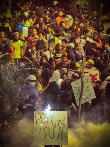 Rio de Janeiro - Governo divulgou foto afirmando que manifestantes mascarados tentaram invadir o Guanabara soltando fogos
