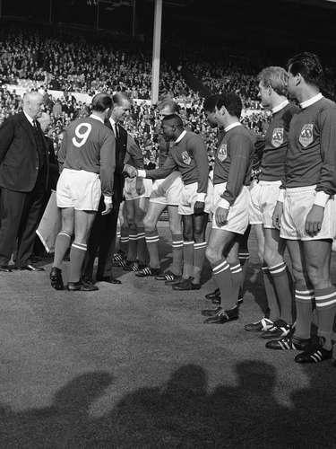 Alfredo di Stefano (camisa 9) apresenta Djalma Santos ao Duque de Edimburgo, Filipe (consorte da Rainha Elizabeth II), durante partida comemorativa entre a Seleção do Resto do Mundo e a Inglaterra no Estádio de Wembley, em 1963