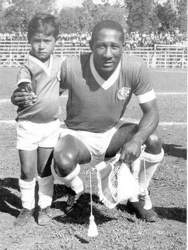 Djalma Santos posa para foto antes de partida contra o Bragantino, válida pelo primeiro turno do Campeonato Paulista de 1966