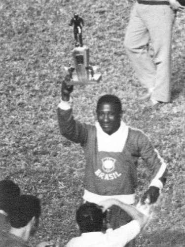 Djalma Santos exibe troféu da Copa do Mundo de 1958, na Suécia, na qual a Seleção Brasileira se sagrou campeã pela primeira vez