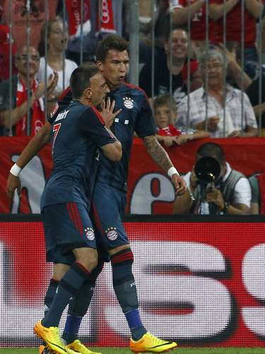 Mandzukic e Ribery comemoram gol do Bayern de Munique