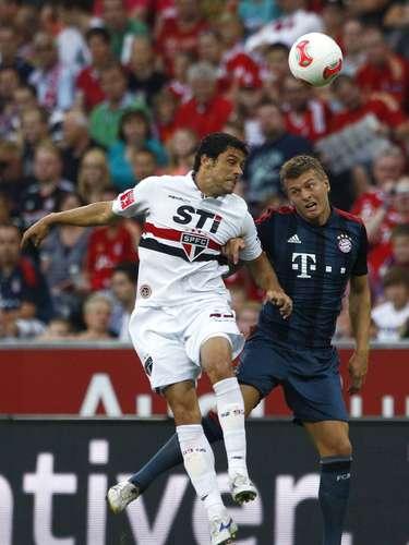 Tony Kroos e Fabrício disputam terreno no meio-de-campo