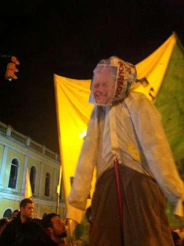 1º de agosto -  Um boneco do prefeito José Fortunati (PDT) foi levado na manifestação
