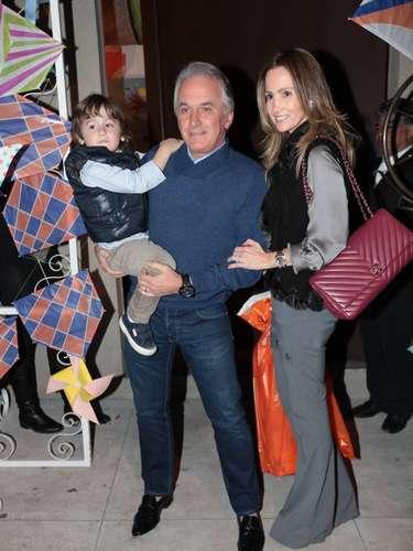 Eliana e o produtor musical João Marcelo Bôscoli comemoraram o aniversário do filho, Arthur, em um buffet na capital paulista, neste domingo (11) - o menino completou 2 anos no sábado (10). Na foto, Otávio Mesquita e a família