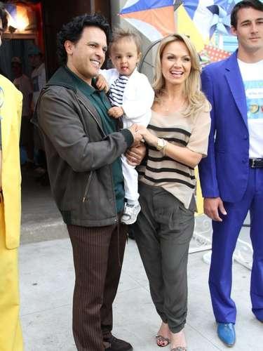 Eliana e o produtor musical João Marcelo Bôscoli comemoraram o aniversário do filho, Arthur, em um buffet na capital paulista, neste domingo (11) - o menino completou 2 anos no sábado (10). A família chegou ao local sorridente e posou para os fotógrafos na entrada do estabelecimento