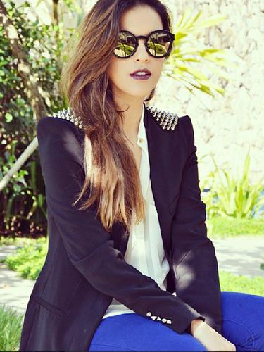 Mariana Rios divide a carreira entre as funções de atriz e blogueira e sempre posta looks usados, como estecom blazer com brilhos nos ombros, combinado com calça azul e camisa branca