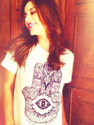 Paolla Oliveira divulgou via Instagram foto na qual usa camiseta da marca de uma amiga. E escreveu: \