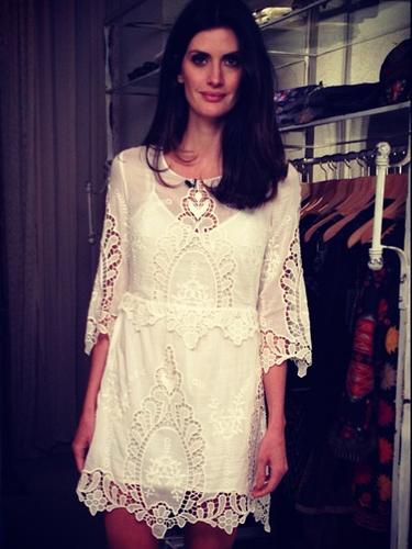 A apresentadora Isabella Fiorentino também compartilha com seus seguidores no Instagram as roupas que usa no dia a dia, como o vestido rendado branco