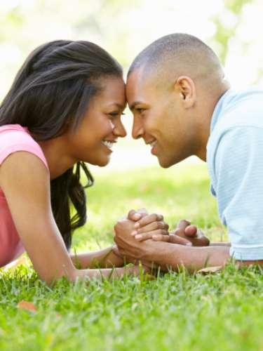 """8. Ele substitui """"eu""""por """"nós"""" Quando ele começa a usar a palavra """"nós""""muito mais do que """"eu"""", significa que ele não está pensando mais nele mesmo como uma pessoa sozinha no mundo. Agora, você faz parte da vida dele - e ele ama isso"""
