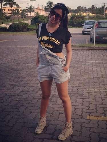 Após show em Salvador, Anitta optou por um look mais confortável e esportivo. \