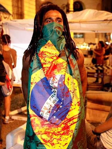 12 de setembro - Em protesto contra a CPI dos Ônibus e contra as condições da saúde e segurança, ativistas acenderam velas e criaram túmulos com bonecos fazendo referências aos políticos na região da Cinelândia, no Rio de Janeiro (RJ)