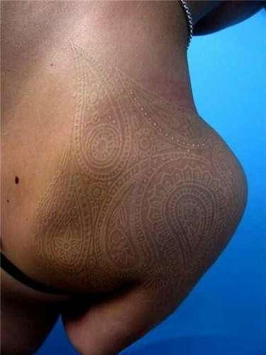 Desenhos feitos com tinta clara deixaram a pele com aspecto rendado devido aos traços de cashmeres