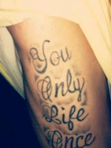 A frase tem um erro que transformou a tatuagem numa piada. You only life once (Você apenas vida uma vez) deveria ser You only live once (Você vive apenas uma vez)