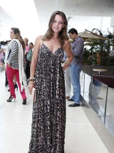 Milena Toscano apostou em um vestido leve para conferir o desfile