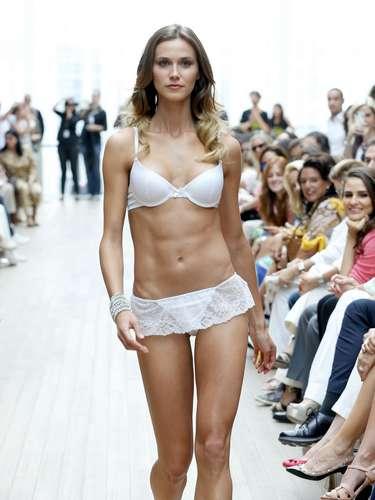 Renata Kuerten desfilou com lingerie branca