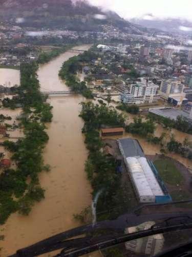 22 de setembro - Foto área mostra a inundação na cidade de Rio do Sul, em Santa Catarina. O Estado é afetado pelas cheias após dias de chuva