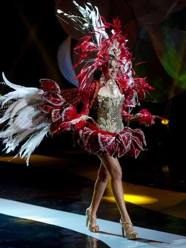No início desta sexta-feira (27), as 27 candidatas ao título de Miss Brasil 2013 participaram de um momento muito tradicional nos concursos de beleza: o desfile de trajes típicos. O evento aconteceu no Minas Centro, em Belo Horizonte, e contou com as torcidas de cada estado. Na foto, Miss Amazonas