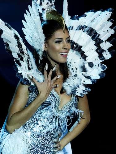 No início desta sexta-feira (27), as 27 candidatas ao título de Miss Brasil 2013 participaram de um momento muito tradicional nos concursos de beleza: o desfile de trajes típicos. O evento aconteceu no Minas Centro, em Belo Horizonte, e contou com as torcidas de cada estado. Na foto, a Miss Distrito Federal