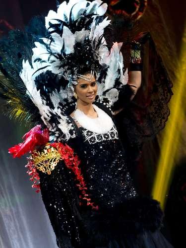 No início desta sexta-feira (27), as 27 candidatas ao título de Miss Brasil 2013 participaram de um momento muito tradicional nos concursos de beleza: o desfile de trajes típicos. O evento aconteceu no Minas Centro, em Belo Horizonte, e contou com as torcidas de cada estado. Na foto, a Miss Maranhão