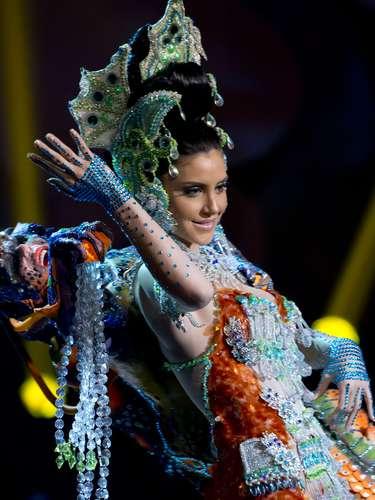 No início desta sexta-feira (27), as 27 candidatas ao título de Miss Brasil 2013 participaram de um momento muito tradicional nos concursos de beleza: o desfile de trajes típicos. O evento aconteceu no Minas Centro, em Belo Horizonte, e contou com as torcidas de cada estado. Na foto, a Miss Pará