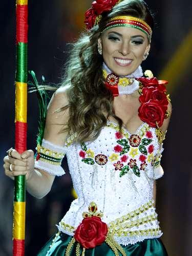No início desta sexta-feira (27), as 27 candidatas ao título de Miss Brasil 2013 participaram de um momento muito tradicional nos concursos de beleza: o desfile de trajes típicos. O evento aconteceu no Minas Centro, em Belo Horizonte, e contou com as torcidas de cada estado.Na foto, Miss Rio Grande do Sul