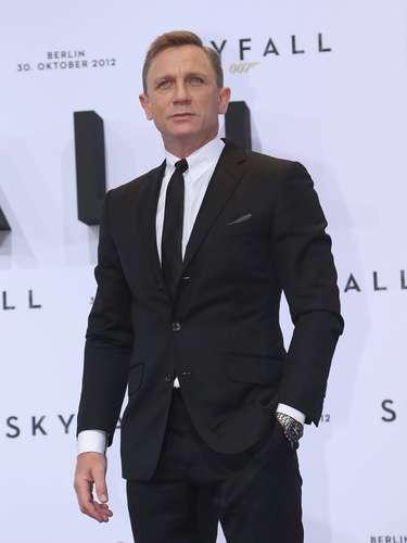 """Daniel Craig O ator contou à revista Vanity Fair que o seu membro é o que ele mais valoriza na vida. Enquanto a afirmação soou como uma piada, Dame Judi Dench afirmou que o """"bem mais precioso do ator""""não é motivo de riso. A atriz sabe porque o viu na filmagem do filmeCasino Royalee deixou escapar que Daniel é um """"monstro absoluto"""""""