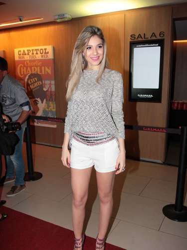 Luan Santana apresentou nessa quinta-feira (17) o DVD O Nosso Tempo é Hoje, no cinema do Shopping Cidade Jardim, em São Paulo. O cantor estava acompanhado dos pais e da irmã Bruna
