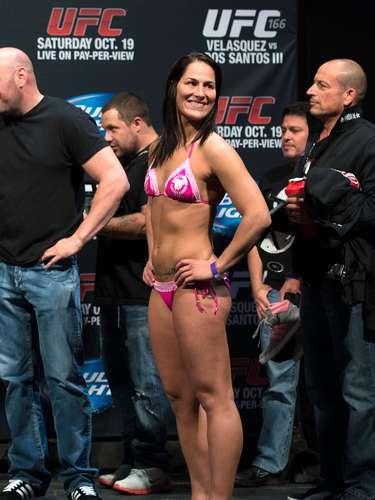 Jessica Eye comparece à pesagem com um biquíni cor de rosa