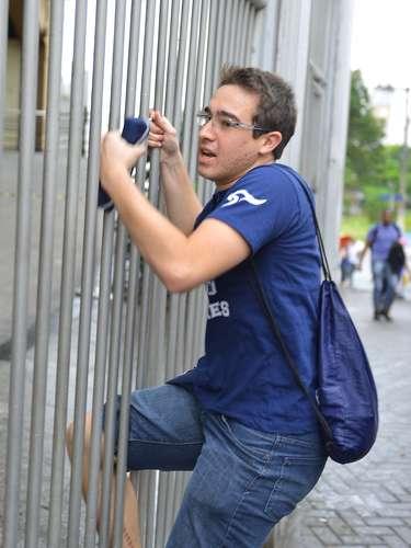São Paulo - O estudante Flavio Renato Queiros chegou atrasado para a prova do segundo dia do Exame Nacional do Ensino Médio (Enem) 2013, na Uninove da Barra Funda, em São Paulo