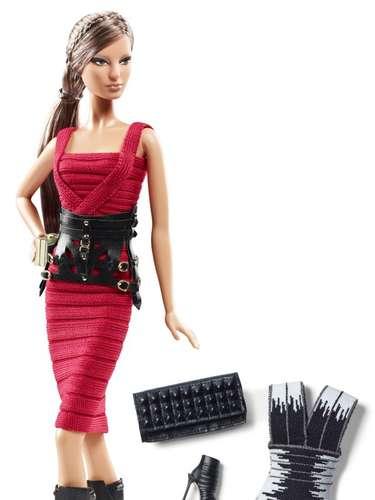 Como modelo ou musa, a Barbie inspira grandes nomes na indústria da moda, de Calvin Klein a Versace. A Barbie representa um mulher confiante e independente com incrível habilidade de se divertir, enquanto se mantém glamurosa, afirmou a designer Diane von Furstenberg. Na foto, o modelo desenhado pelo estilista francês Hervé Léger