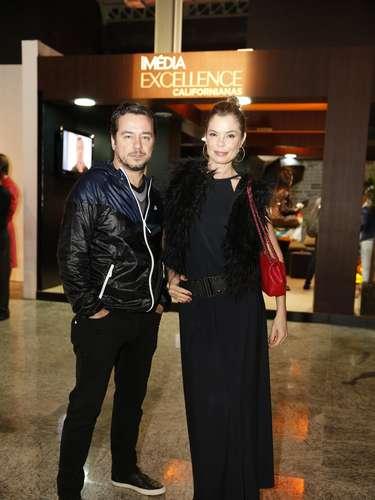 Os atores Carlos Vieira e Alexia Dechamps chegaram ao Píer Mauá, onde acontece a semana de moda carioca