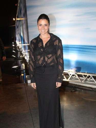 A atriz Giovanna Antonelli abusou datransparência e escolheu saia com fenda lateral para prestigiar o segundo dia do Fashion Rio