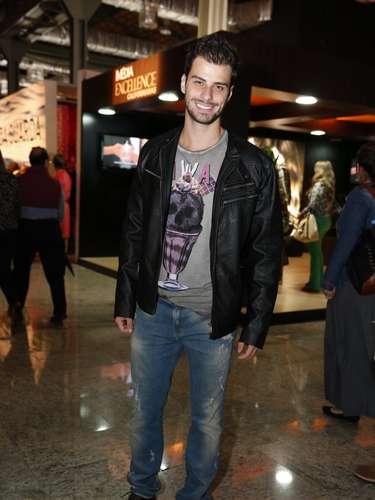 O modelo e conhecido como Mister Brasil Lucas Malvacini compareceu nesta sexta-feira (8) ao Fashion Rio