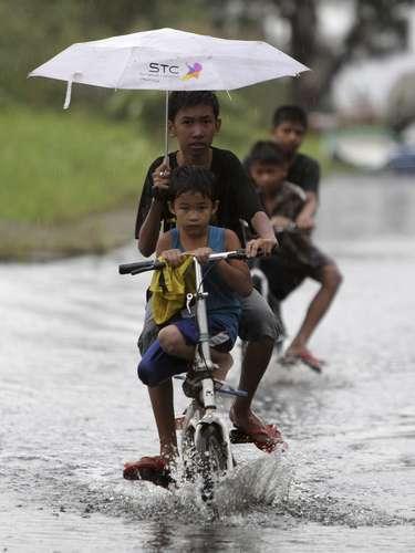 8 de novembro -Crianças circulam pelas ruas inundadas de Taguig