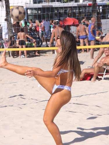 Novembro 2013 -A panicat Nicole Bahls causou alvoroço, neste sábado (16), na praia do Pepe, na Barra da Tijuca, zona oeste do Rio de Janeiro. Usando um biquíni bastante cavado - daqueles que só colaboram para enaltecer ainda mais suas curvas -, ela foi cercada por admiradores enquanto tentava se bronzear e até espumante ganhou de um deles. Entre uma foto e outra, aproveitou o tempo livre para jogar vôlei e futevôlei nas areias do litoral carioca
