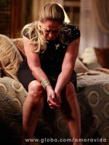 Félix tenta explicar seus crimes para Pilar e é surpreendido com o desprezo da mãe. \