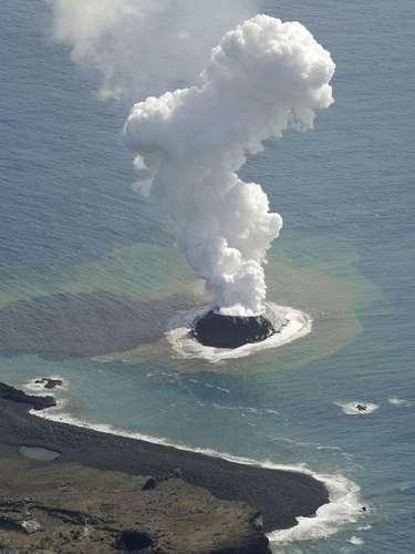 21 de novembro -É possível que a nova ilha deixe de existir naturalmente, por conta da erosão, mas que também pode permanecer indefinidamente