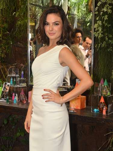 Isis Valverde entrou para a lista de famosas que apostam em produtos de beleza. A atriz lançou uma linha de cosméticos com esmaltes e perfumes na manhã desta quarta-feira (4), no salão do Marcos Proença, em São Paulo